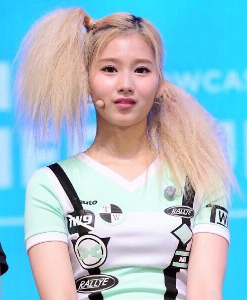 こうやって画像を見てみるとツインテールやお団子ヘア、 ピンク色のヘアカラーなど驚くほどに色々な髪型、髪色にチャレンジしていますね。